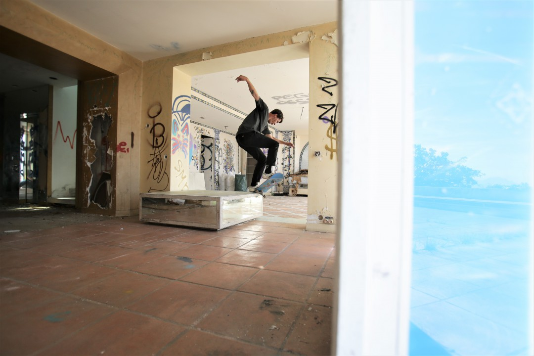Florent Théron, switch crooked grind. Villa irakienne / Irakian villa. Ph.: Fred Schwal