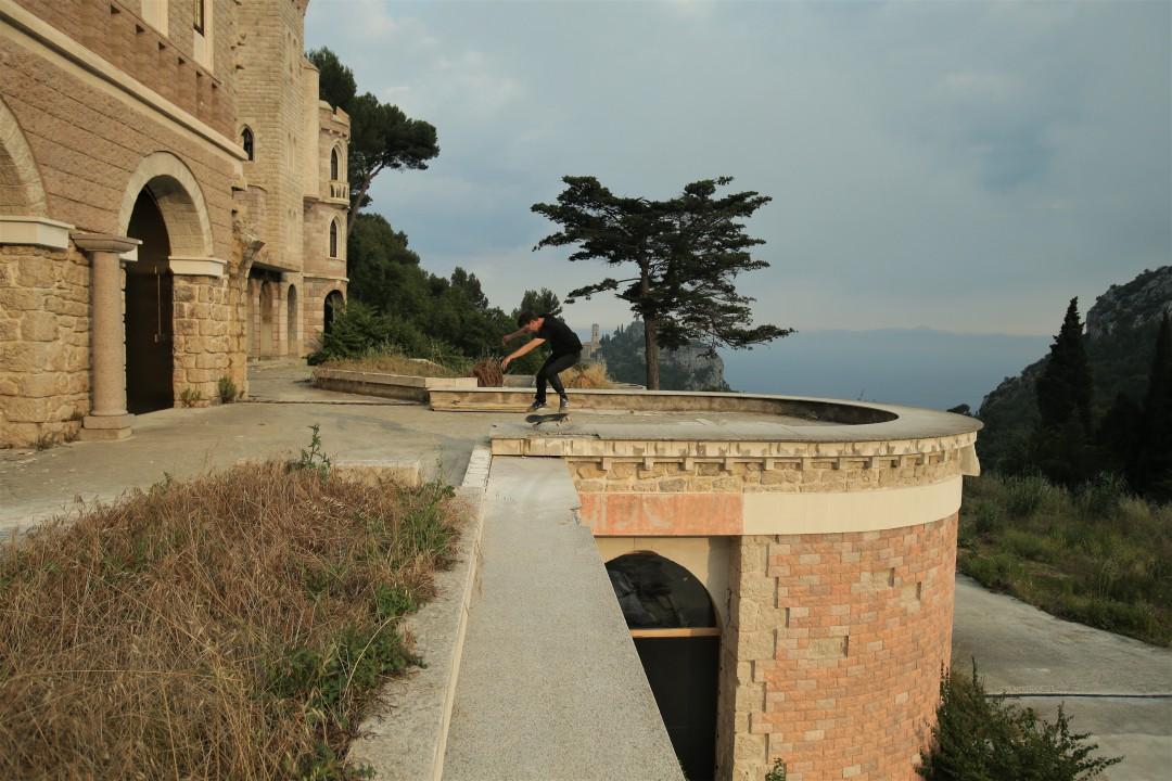 Florent Théron, kickflip b/s powerslide. Château maudit / Doomed castle. Ph.: Fred Schwal